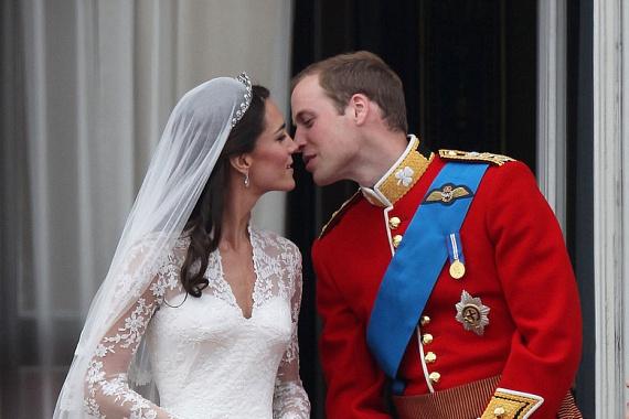 Az első hitvesi csók elcsattanását milliók nézték világszerte. Itt vált egyszerű Kate Middletonból Katalin hercegnévé.