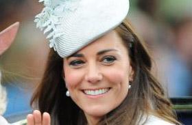 Katalin hercegnő ezüst kosztüm
