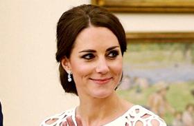 Katalin hercegnő fehér csipkeruhában