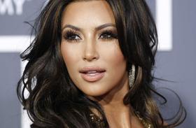 Kim Kardashian ciciragasztás