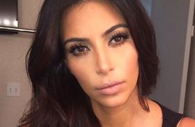 Kim Kardashian mély dekoltázs Rolling Stone címlapfotó