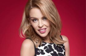 Kylie Minogue pink aszimmetrikus ruha