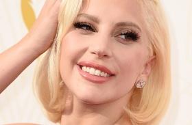 Lady Gaga melltartó nélkül