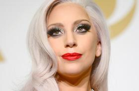 Lady Gaga fehérneműben tornázik fotók