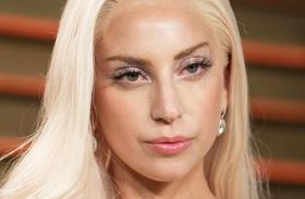 Lady Gaga melltartó kibuggyant a melle képek