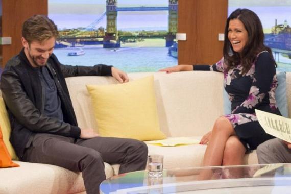 A Downton Abbey Matthew Crawley-jaként híressé vált Dan Stevens nem bírta abbahagyni a nevetést tavaly az ITV csatorna reggeli adásában, amikor a műsorvezetőnő, Susanna Reid megkérdezte tőle, hogy hány férfit kellett kivernie, mire megkapta Matthew szerepét. Természetesen arra gondolt, hogy a nyeregből hány másik sztárt ütött ki, azonban az egész stáb és a színész is dőlni kezdett a röhögéstől a szerencsétlen szóhasználata miatt.