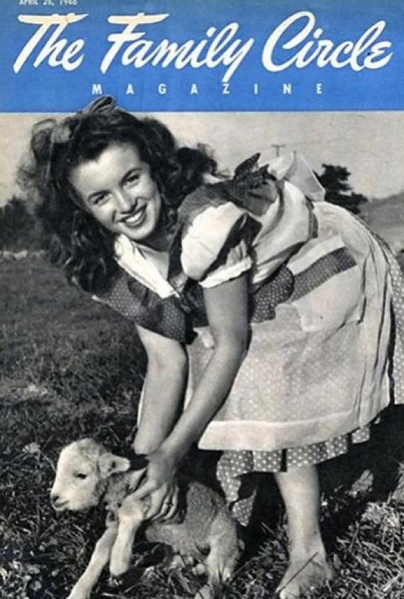 Marilyn Monroe sötét hajjal és egy cuki kisbáránnyal pózol 1946-ban a The Family Circle címlapján. Barna haját 1948-ban, a 20th Century Foxszal kötött szerződése után festette szőkére, a nevét is akkor változtatta meg.