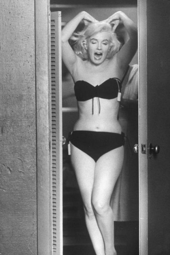 Marilyn Monroe 1960 augusztusában frissen vett fehérneműt próbált a gardrób előtt, majd grimaszolt egyet a fotósnak.