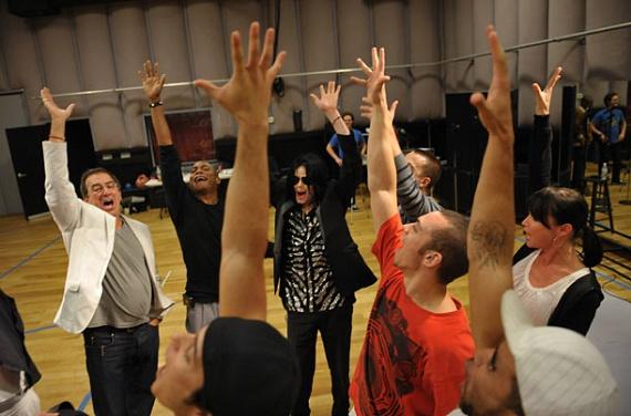 Utolsó fotói egyike ez a május 6-án készült csoportkép, amelyen még boldognak és izgatottnak tűnik az énekes.