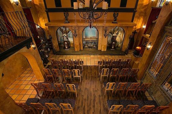 Még egy kis kápolna is tartozik a villához, amit középkori motívumokkal díszítettek. A popkirály több barátjának is felkínálta, hogy esküdjenek meg az ő házában.