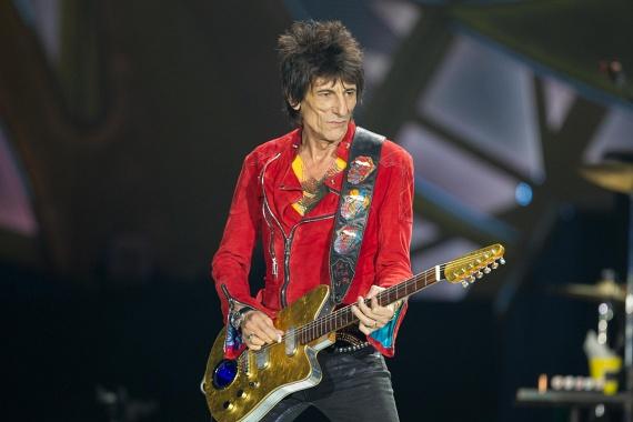 Ronnie Woodtól, a Rolling Stones gitárosától több mint 20 év után, 2011-ben vált el felesége, Jo Wood, miután a zenész sokadszorra is megcsalta őt. A botrány a 20 éves orosz pincérnővel, Ekaterina Ivanovával folytatott kapcsolata miatt robbant ki, de egy turné alatt még Kelly LeBrock színésznővel is ágyba bújt.