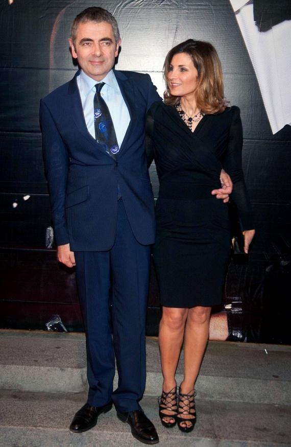 Mindenki Mr. Beanje, Rowan Atkinson és felesége, Sunetra Sastry tavaly év vége felé jelentették be, hogy 24 év után elválnak útjaik. A pár már 2014-ben szétköltözött, mert a 61 éves színész beleszeretett a 32 éves komikába, Louise Fordba, aki szó szerint a lánya lehetne.