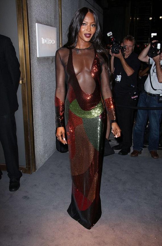 A 46 éves modell mindenkit megdöbbentett merész ruhaválasztásával. A csillogó, földszínekben pompázó darab nem sokat rejtett el mesés alakjából.