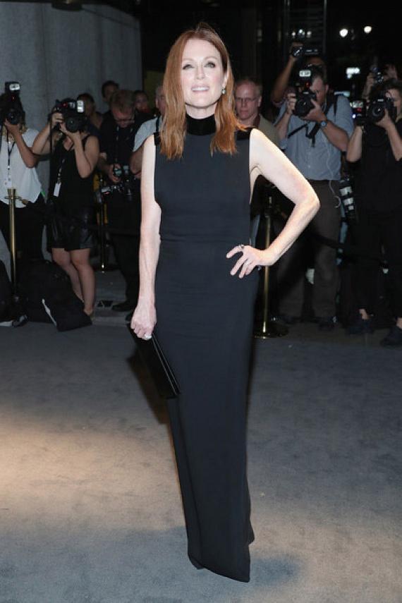 Az Oscar-díjas Julianne Moore is hasonlóan választott: ő is egy fekete maxiruhában érkezett a divatbemutatóra.