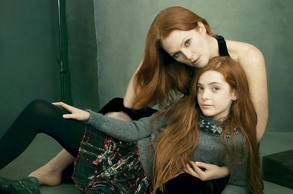 Julianne Moore lánya, Liv is 14 éves, és hamar kiderült róla, hogy nemcsak édesanyja szépségét, de tehetségét is örökölte - már két hollywoodi produkcióban is szerepelt.