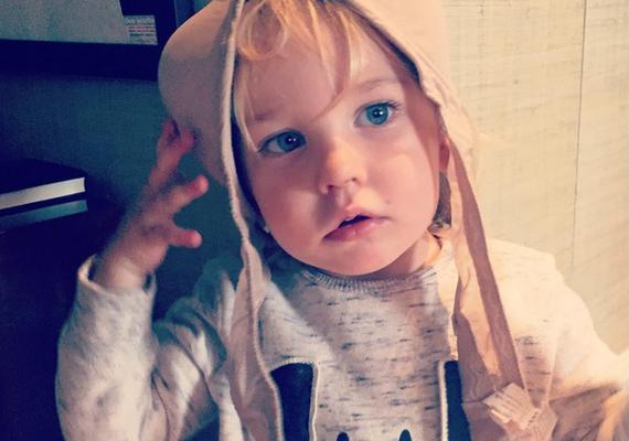 A kis huncut elcsente az édesanyja melltartóját, és úgy döntött, inkább a fején viseli kalapként. Olivia Wilde azt nyilatkozta az egyik reggeli műsorban, hogy azóta is ez a kedvenc fotója a csöppségről.