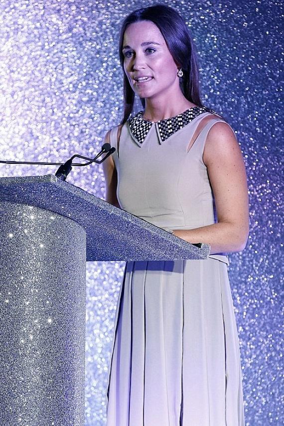 """""""Mint egy csillogó hópehely"""" - így írták le Pippa Middleton hibátlan külsejét a tegnapi jótékonysági esemény résztvevői."""