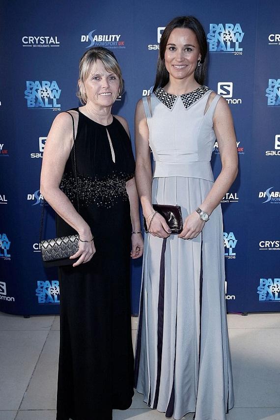 Pippa Middleton egész este Fiona Younggal, a szervezet egyik elnökével beszélgetett. Nővéréhez hasonlóan ő is szívesen áldozza szabadidejét jótékonysági tevékenységekre.