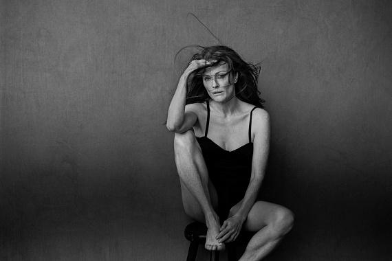Az 55 éves Julianne Moore is bevállalta a smink nélküli fotózást - állítása szerint ezek az első felvételek róla, amiken senki nem photoshopolta le a szeplőit.