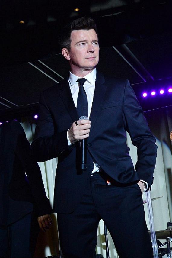 Mindenki meglepődött, amikor Rick Astley a színpadra lépett. A félénk, vörös hajú fiút felváltotta egy igazán sármos férfi.