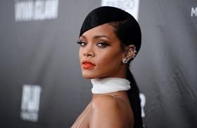 Rihanna átlátszó köntös