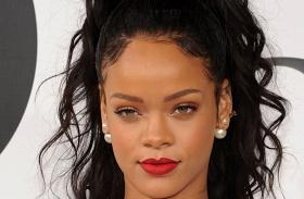 Rihanna átlátszó ruha mellbimbó
