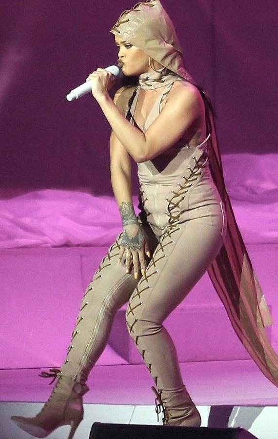 Amikor megjelent a színpadon, a Twittert elözönlötték az üzenetek - a rajongók ekkor még csak találgatták, hogy a fellépőruha szabása ilyen rossz, vagy az énekesnő szedett fel egy kicsit.