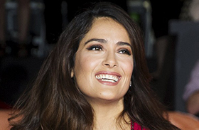 Salma Hayek piros ruhája premier