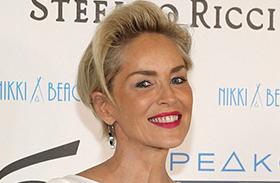 Sharon Stone fehér, szűk ruhában fotók