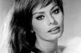 Sophia Loren egy szál fűzőben