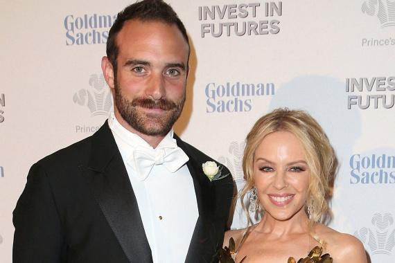 Láthatóan nagy a szerelem a sztárpár között - akkor is, ha Kylie Minogue majdnem 20 évet ver rá fiatalabb párjára.