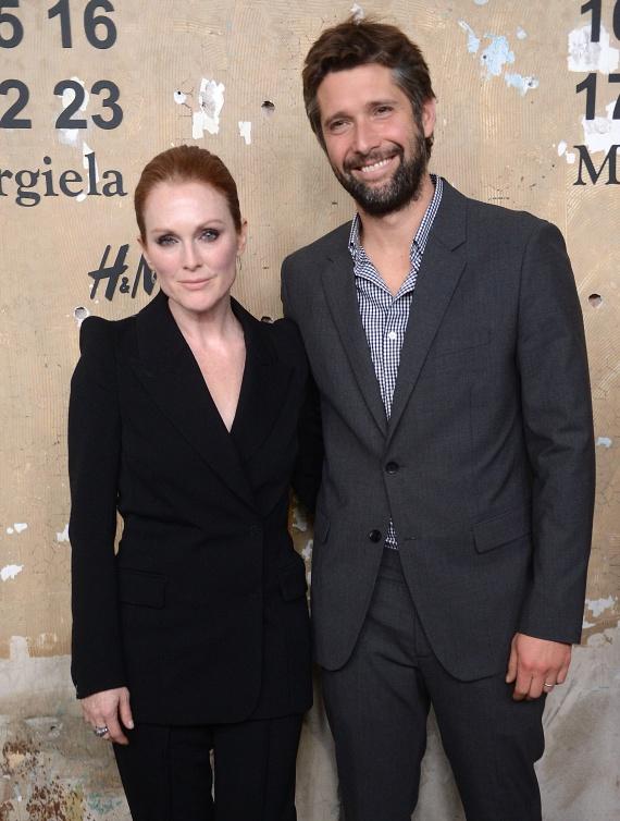 Csaknem tíz év a korkülönbség Julianne Moore és filmrendező férje, Bart Freundlich között is. Őket ez egyáltalán nem zavarja, 13 éve élnek boldog házasságban.