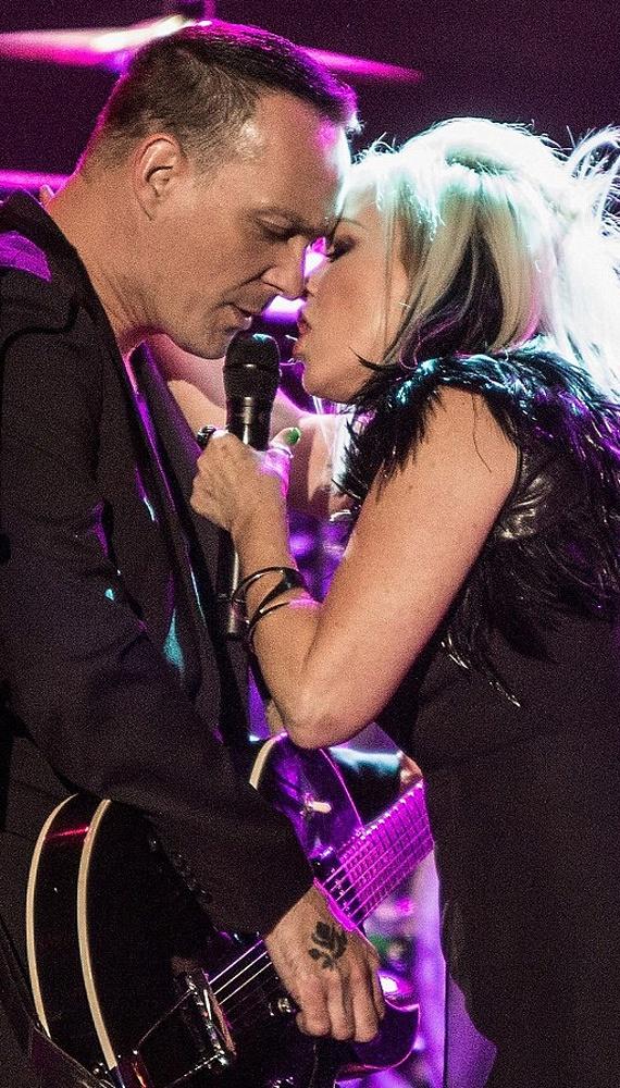 Gitárosával, Carlton Bosttal össze is melegedett a színpadon, majdnem elcsattant egy csók is köztük a koncert forgatagában.