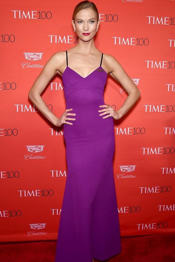 Karlie Kloss Prince-t idézte ebben a lila estélyiben. A modell elárulta, hogy egyik nagy kedvence volt a tragikus hirtelenséggel elhunyt énekes, és ennyivel szeretett volna adózni az emlékének.