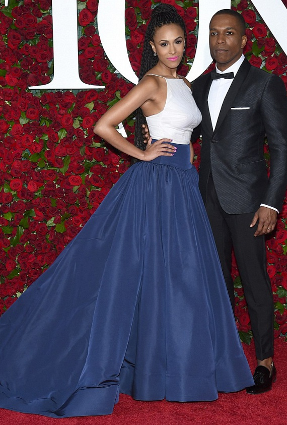 Leslie Odom Jr. igazán büszke lehet fiatal feleségére, a 28 éves Nicolette Robinson színésznőre, aki sötétkék szoknyájával mindenkit levett a lábáról.