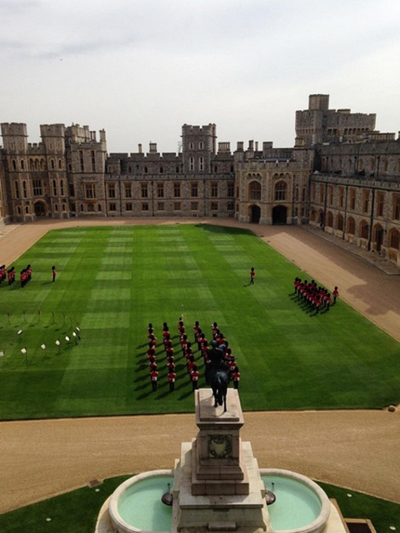 Reggeli őrségváltás a palotában - a biztonságiak szervezett rendben adják át váltótársuknak a szolgálatot a palota gyönyörű, zöld gyepén.