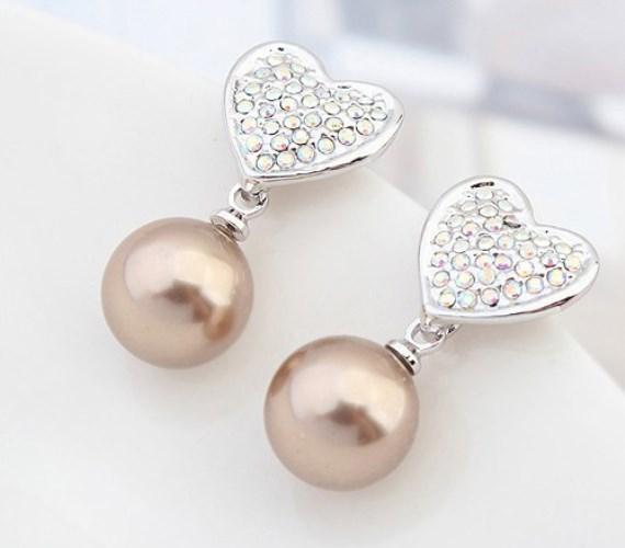 Apró, de annál szemgyönyörködtetőbb meglepetésnek alkalmas ez a bronzszínű gyöngyös fülbevaló, amelyet egy ezüstbevonatú szív motívum tesz még kedvesebbé. Kattints, és megtudod, hogy mennyiért szerezheted be!