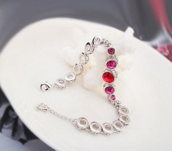Igazán szép és elegáns ajándék lehet ez az ezüstszínű karkötő, amelynek közepén piros, mellette pedig rózsaszín, valamint fehér Swarovksi kristályok találhatóak. Innen juthatsz hozzá!