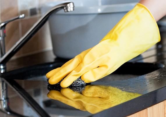 Vedd le a válláról a takarítást! Például tisztává varázsolhatod a konyhát, de akár az ablakot is megpucolhatod, amivel rengeteg energiát megspórolsz neki. Találj ki neki valami programot, amíg takarítasz.