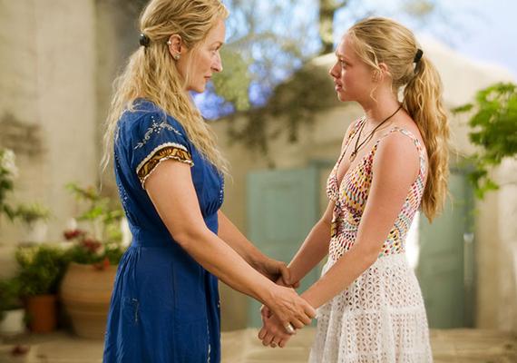Mamma Mia, 2008: a filmben a lányát egyedül nevelő anyát nem más alakítja, mint Meryl Streep. A lány az esküvője miatt szeretné megtudni, ki is az apja, ezért három férfit meghív az édesanyja múltjából. Igazi könnyed, dalos mozi.