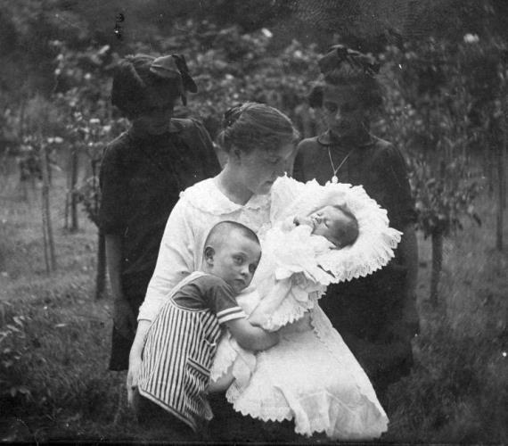 Így örült ez a fiúcska a kistestvére érkezésének! Egy új jövevénnyel bővült a család, amiről szerencsére fotó is készült 1912-ben.