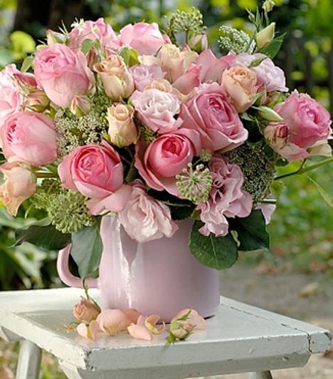 Rózsa                         A rózsa igazán nőies virág, Szapphó egyenesen a virágok királynőjének nevezte. A sötét rózsaszín hálát és elismerést, míg halványabb változata csodálatot és szimpátiát szimbolizál.