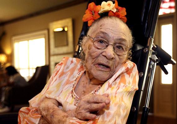 """Gertrude Weaver 1898-ban született Arkansasban, és 2015 áprilisában hunyt el 116 évesen. Utolsó születésnapján a Time magazin kérdésére azt válaszolta, a hosszú élet titka, hogy """"úgy bánj másokkal, ahogy szeretnéd, hogy veled bánjanak."""""""