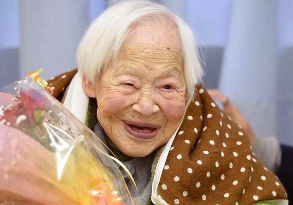 A japán Misao Okawa éveken át - egészen 2015. április 1-jén bekövetkezett haláláig - viselhette a világ legidősebb élő embere címet. A 117 évet megért asszony szerint a hosszú élet titka a sok alvás és a rendszeres halfogyasztás.