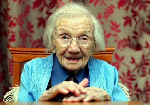 """Jessie Gallan 1906-ban látta meg a napvilágot. A 2015 elején 109 évesen elhunyt skót nő soha nem ment férjhez, állítása szerint többek között ennek is köszönheti hosszú életét. Mint mondta: """"Több baj van velük, mint haszon."""" Ugyanakkor hozzátette, hogy sokat mozgott élete során, sok barátja volt, és 13 éves korától fogva keményen dolgozott."""