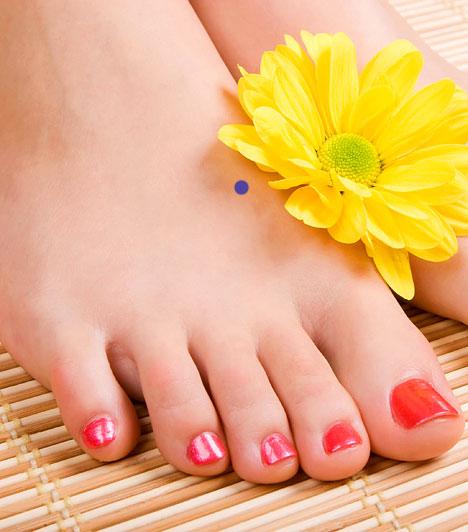 M-3  Az úgynevezett nagy csomópont a láb nagyujji és a második ujji lábközépcsontjainak lábujjak felőli végei között található. Kezelése segít a fejfájáson, szédülésen, rendszertelen havi vérzésen, valamint szexuális problémákon.  Kapcsolódó cikk: Így állítsd be a rendszertelen menzeszt gyógyszer nélkül! »