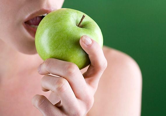 Ebéd után rágcsálj el egy ropogós, élelmi rostban gazdag almát. Tisztítja a fogakat, edzi az ínyt, ennek köszönhetően pedig a rossz lehelettől is megszabadít.