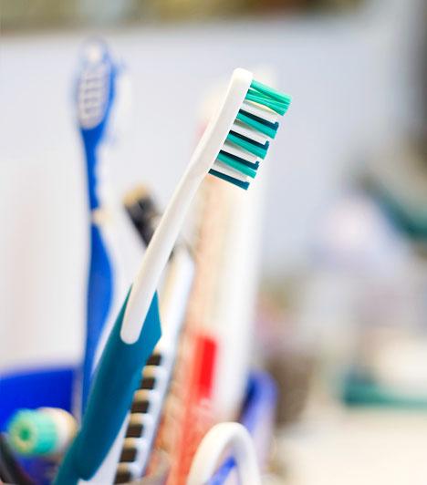FogkefeAz Arizonai Egyetem kutatása kimutatta, hogy egyetlen fogkefén akár tízmillió baktérium is élhet észrevétlenül. Ezek egy része a fogmosás után a sörték között rekedt ételmaradékokból származik. Épp ezért fontos, hogy bizonyos időközönként cseréld, illetve fertőtlenítsd a fogkeféd.Kapcsolódó cikk:Fogkefecsere: hány hetente ajánlott a fogorvos szerint? »