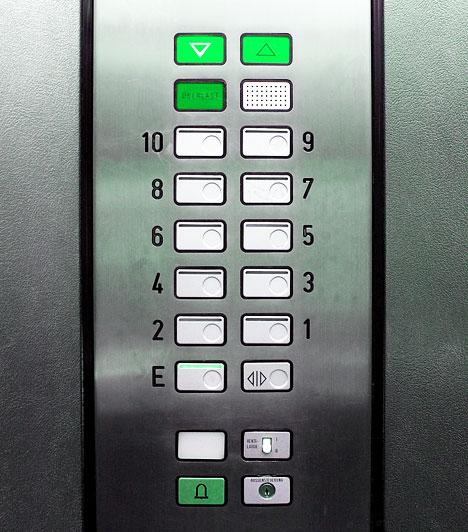 Lift nyomógombjaGondolj csak bele, naponta, hány kéz érinti a lift nyomógombjait a munkahelyeden vagy a házban, ahol laksz. Ezen a felületen ezrével hemzsegnek a kórokozók. Érdemes tehát liftezés után rögtön kezet mosnod, de legalábbis nem nyúlnod az arcodhoz, szádhoz.