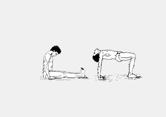 A negyedik gyakorlat kiindulási helyzete: nyújtott lábakkal ülj a földön, lábfejeid körülbelül 30 centiméter távolságra legyenek egymástól. A tenyerek a csípő mellett pihennek a földön, az ujjak a lábak irányába néznek. Kilégzésre hajtsd előre a fejed, majd belégzésre hátra, és eközben emeld meg a törzsed úgy, hogy a testsúly a kinyújtott karokon és a derékszögben hajlított lábakon legyen. A gyakorlat - többek között - javítja a nyirokkeringést, jótékonyan hat a szívizomra, erősíti a váll- és a lábizmokat.